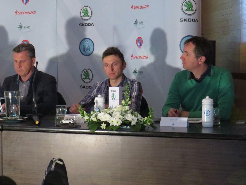 Matija Blažič iz Hotela Ribno, kolesar Tadej Valjavec, Andrej Remškar, tržiški kolesarski vodnik (foto Media butik)