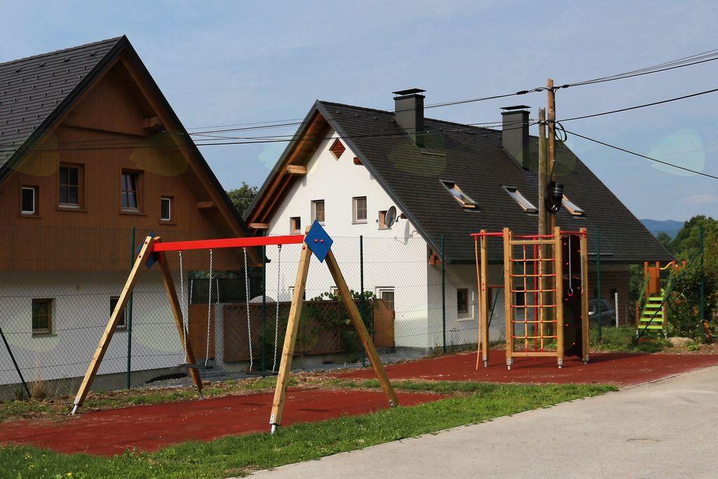 Po obnovljeni cesti do novega otroškega igrišča v Lešah