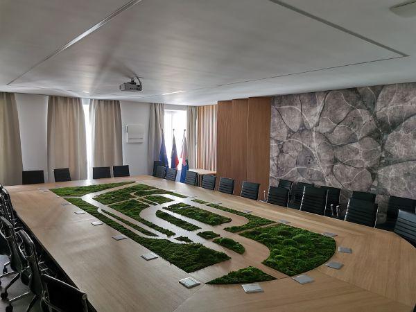 Prenovljena sejna soba predstavlja zrcalo tržiške občine - košček raja v osrčju Karavank (foto_Matevž Zupan).