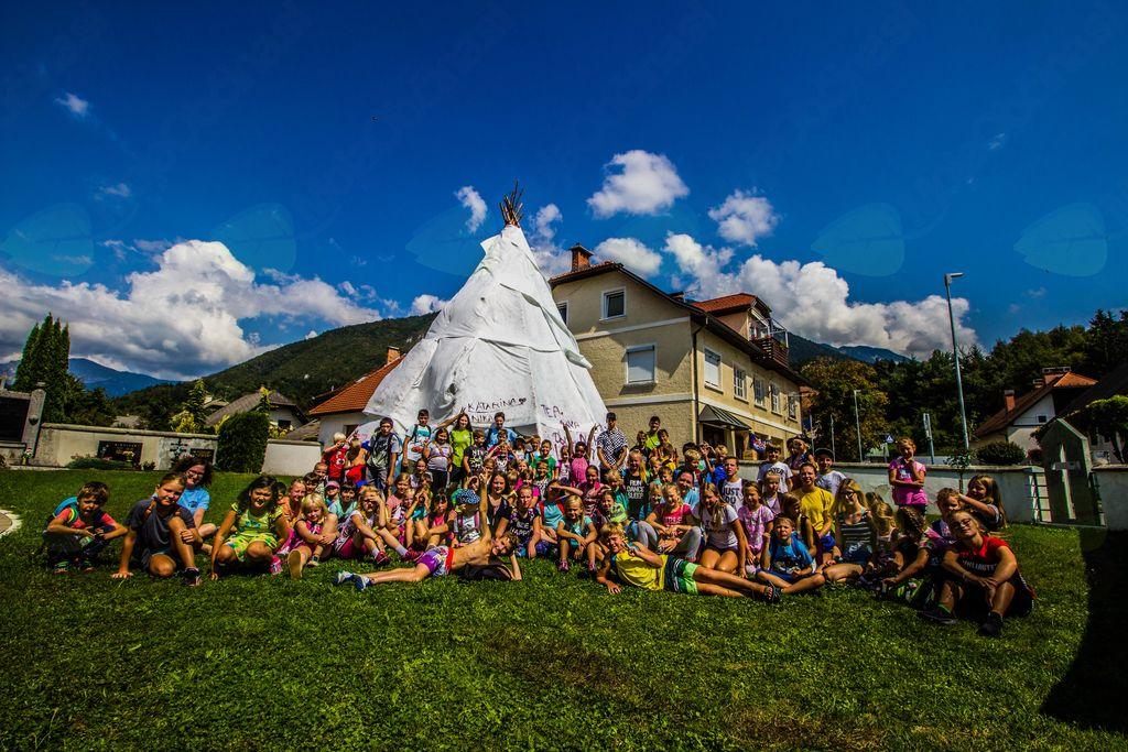 Skupinska slika pred šotorom (foto: Jan Bitežnik)