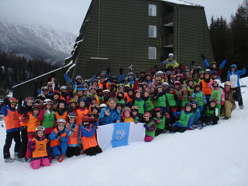 Skupinska pred hotelom Alpina
