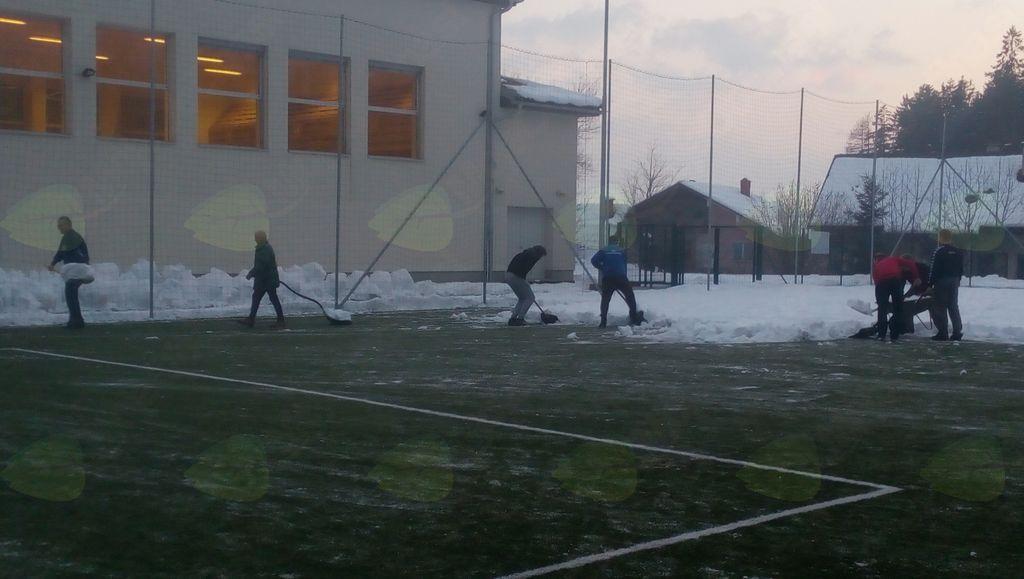 Kidanje nogometnega igrišča z umetno travo