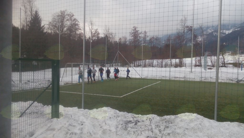 Zimski trening na nogometnem igrišču z umetno travo