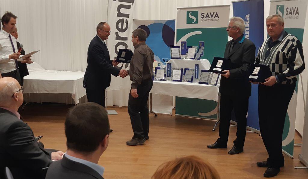 G. Miran Kodelja prejema srebrno plaketo SZS iz rok predsednika SZS g. Janeza Slaparja.  Foto: Henrik Valentinčič