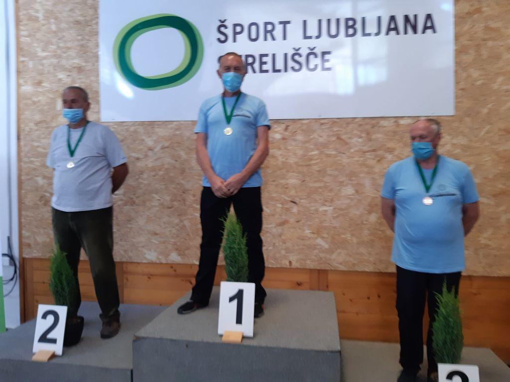 foto: Henrik Kelher prejemniki medalj v kategoriji NAC z zračno puško 10m  z leve: Štefko Behek, Rajko Breščak in Drago Mlekuž