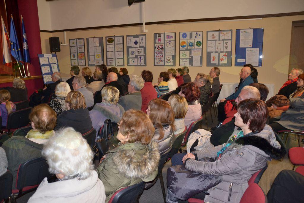Občinstvo v dvorani kulturnega doma na Mirni