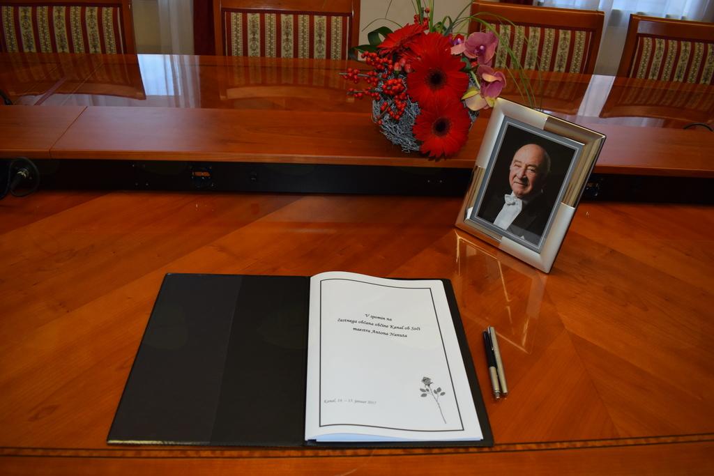 žalna knjiga v spomin na častnega občana občine Kanal ob Soči maestra Antona Nanuta