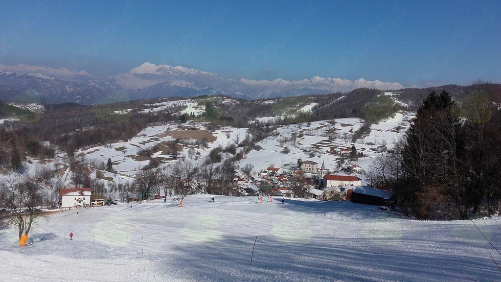 Smučanje s pogledom na Julijske Alpe. Foto: Tone Levpušček