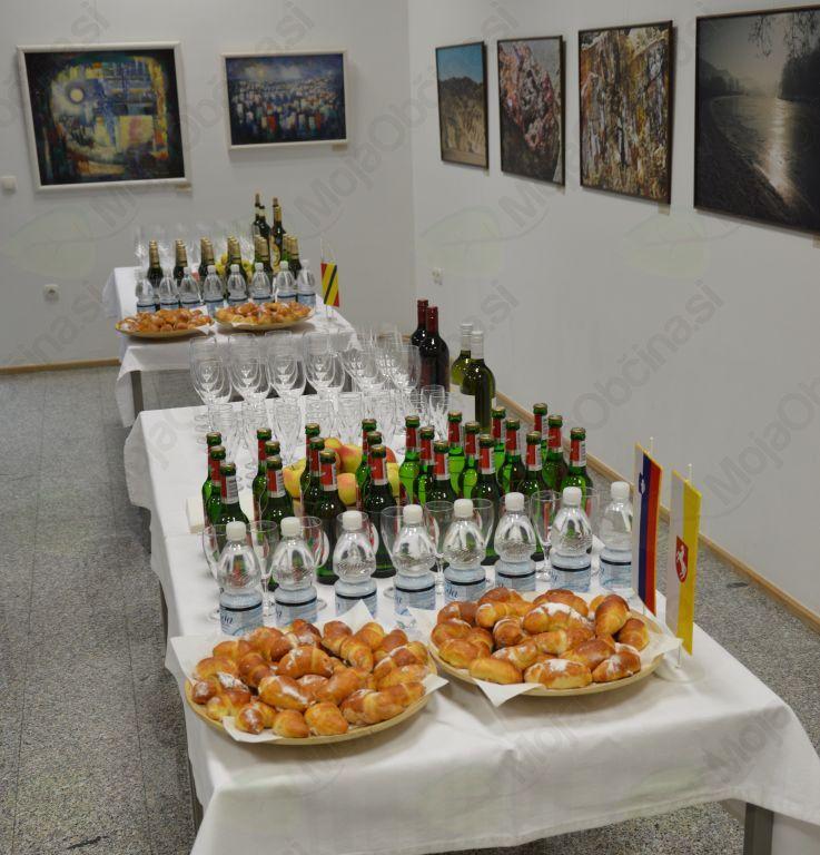 Po uradnem delu so se obiskovalci v prijetnem vzdušju družili ob čeških in slovenskih dobrotah