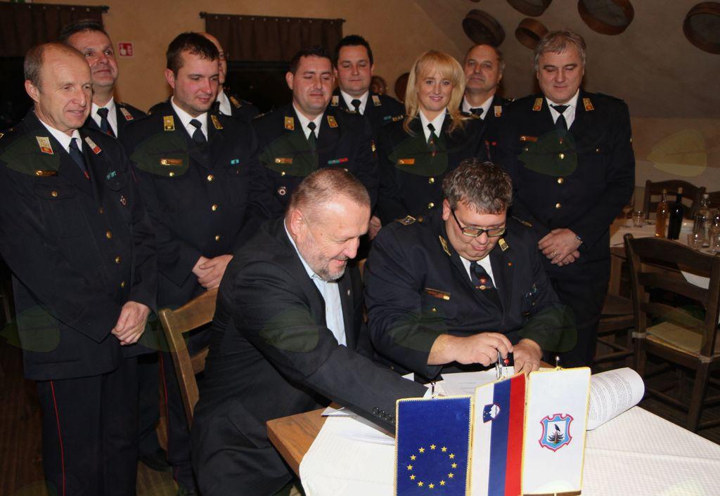 Med podpisom pogodbe: župan Franc Sušnik in predsednik GZ Žalec Edi Kugler ter poveljniki in predsedniki vseh štirih PGD v Občini Vransko.