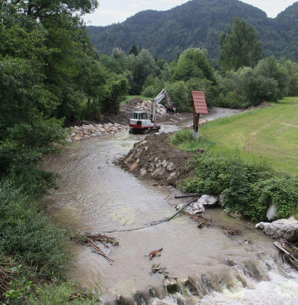 Dela na brežini potoka Bolska v Brodeh