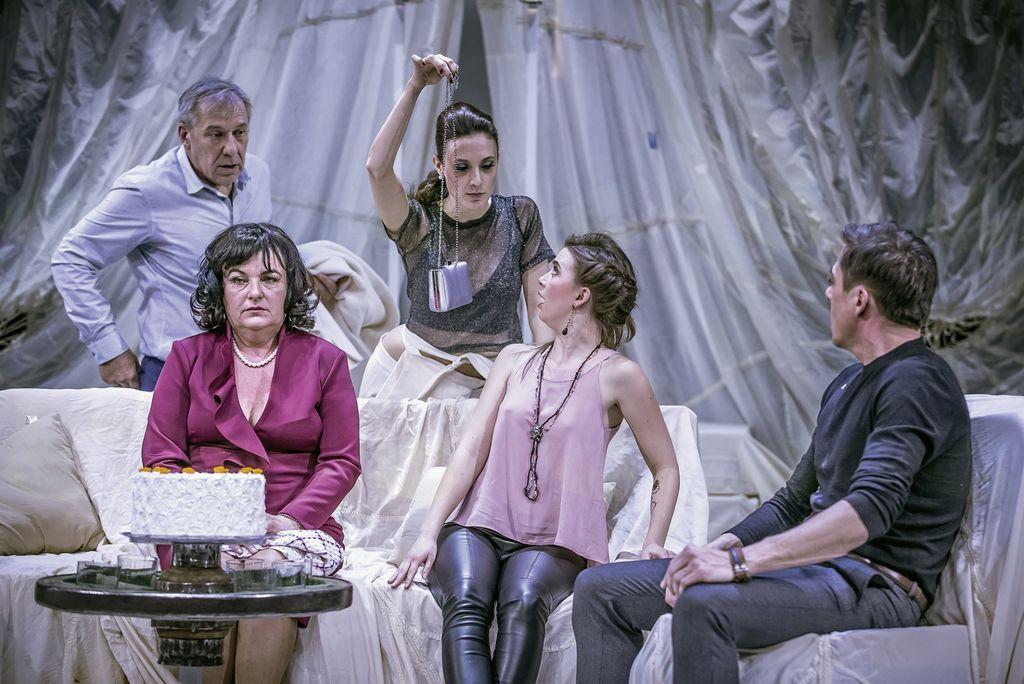 Dober tek vam bo ob (Totalno) katastrofalni večerji zaželela igralska zasedba iz Gledališče Koper.