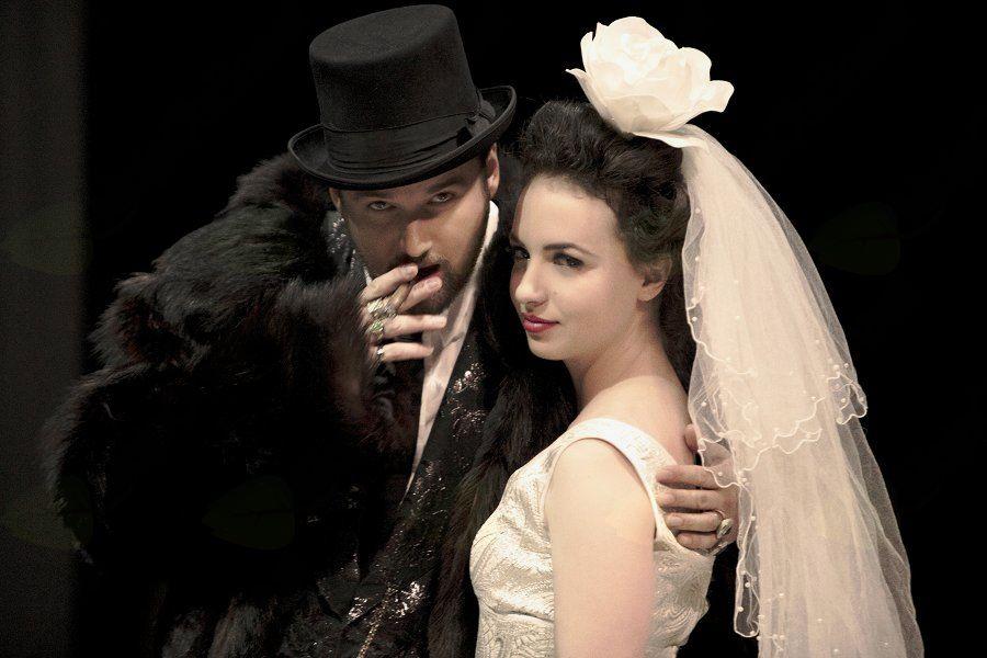 Kristjan Guček v vlogi šarmantnega šefa mafijske tolpe in Urška Taufer v vlogi hčere kralja londonskih beračev