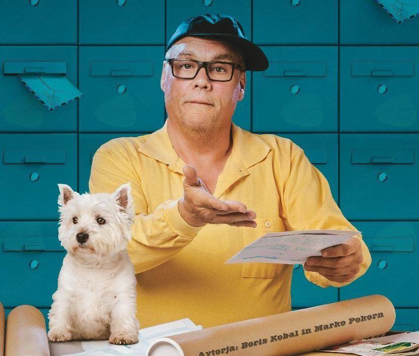 Boris Kobal v vlogi poštarja. Pismo rosno, vsega je kriv poštar...