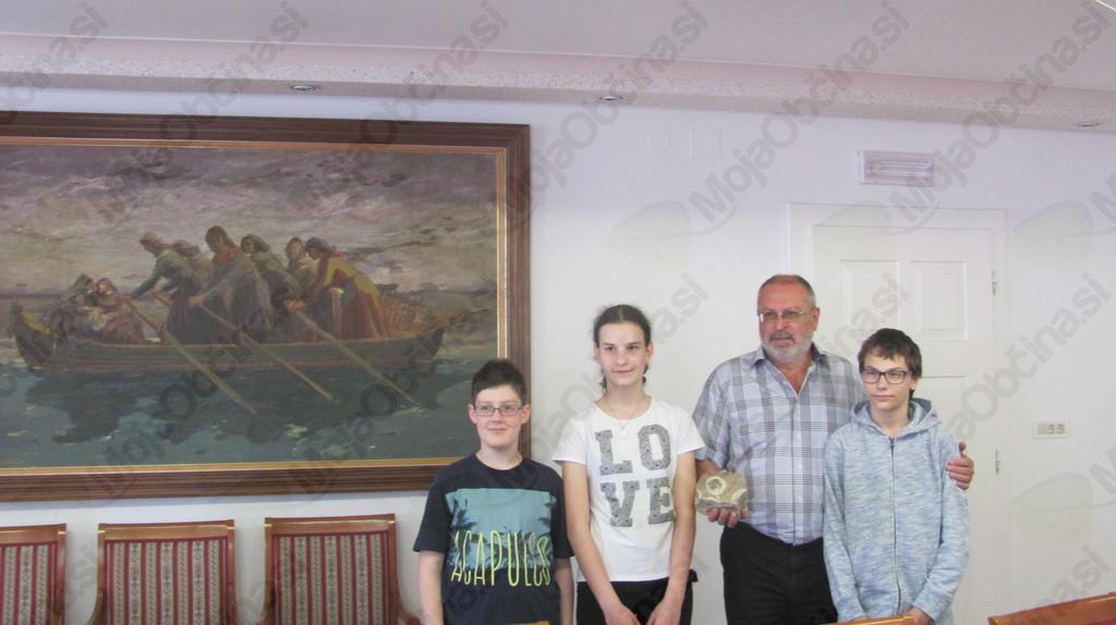 Kristjan Bašelj, Urška Krumpak in Luka Maffi z županom Andrejem Maffijem