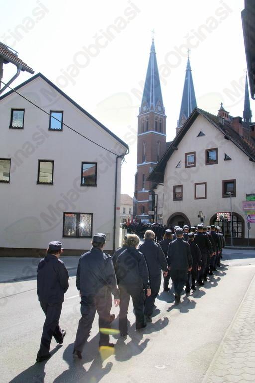 Proti šmarski cerkvi...