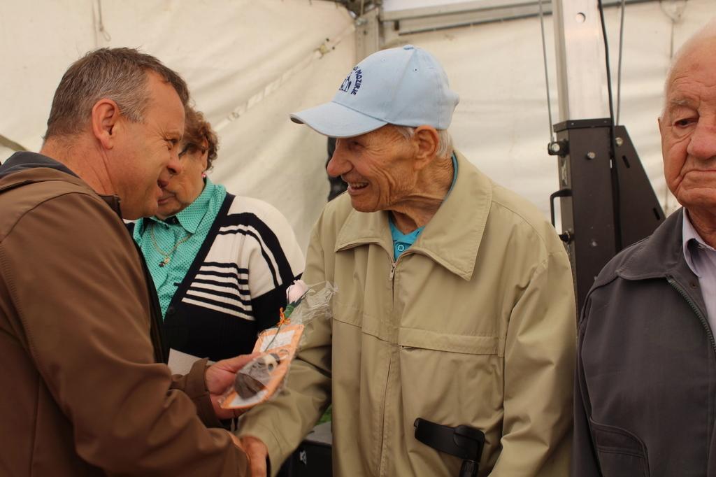 Pri daritvi priložnostnih daril je sodeloval tudi župan Borovnik