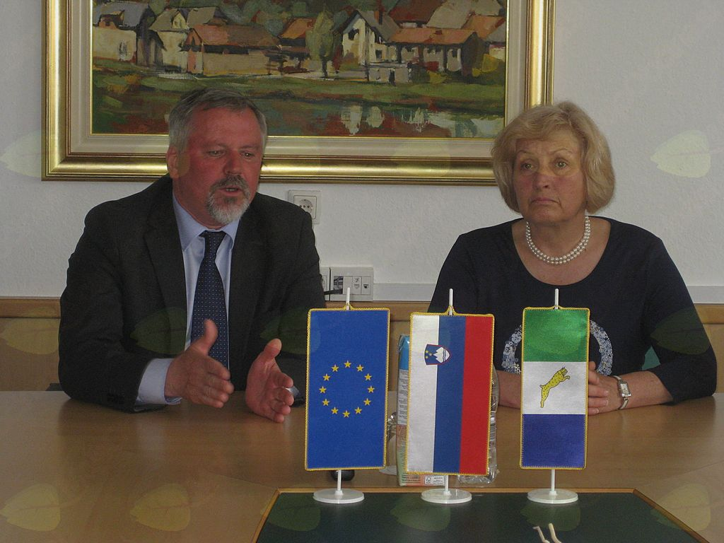 čine Žužemberk Franc Škufca se je z ministrico za okolje in prostor IŽupan Škufca se je z ministrico Ireno Majcen pogovarjal o  gradnji suhokrajinskega vodovoda.