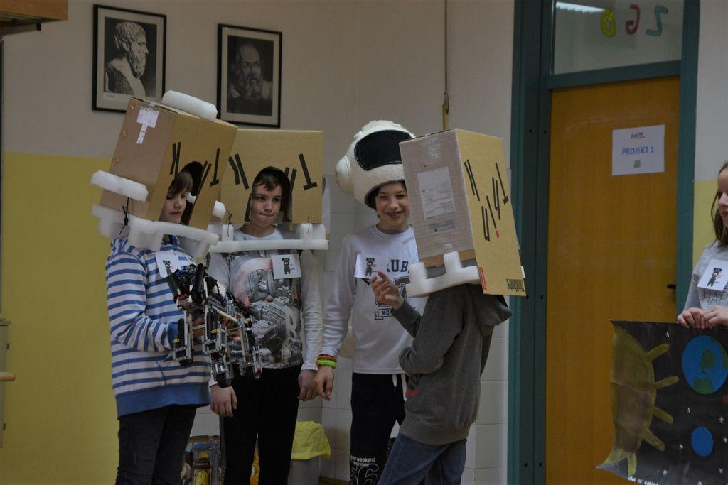 Ekipa Drzni robotki pri predstavitvi projekta - Robo Laika.