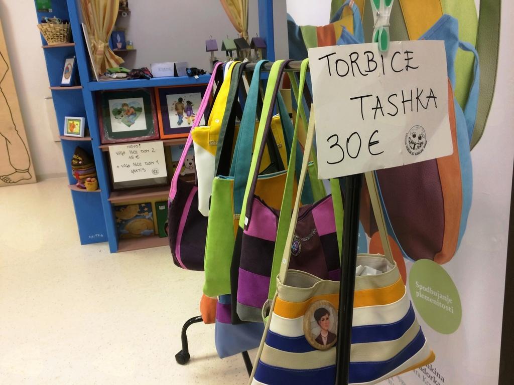 Torbice Tashka imajo tudi dober namen - del sredstev od prodaje ostaja Srečni hiši za plačilo učne pomoči