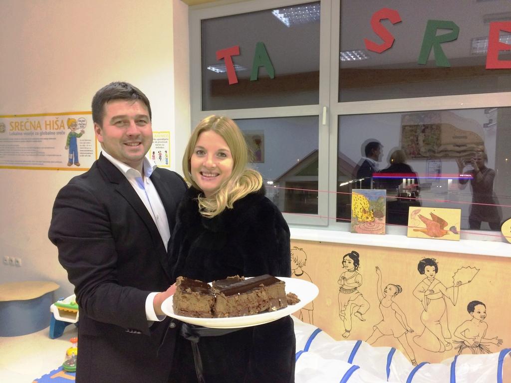 Aleksander Bohinc iz Cateringa Borbona, kjer so pripravili Srečni hiši rojstnodnevno torto, in njegova Špela iz ljubljanskega Rotary kluba Julija