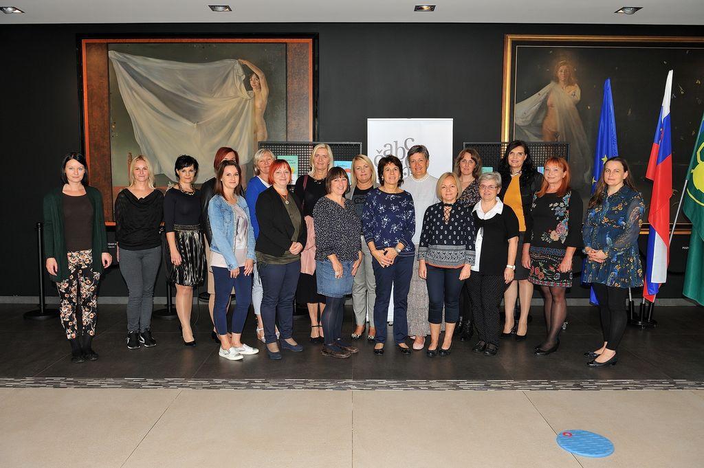 Koordinatorice projekta s pisateljico Vesno Radovanovič (v modrem na sredini prve vrste)