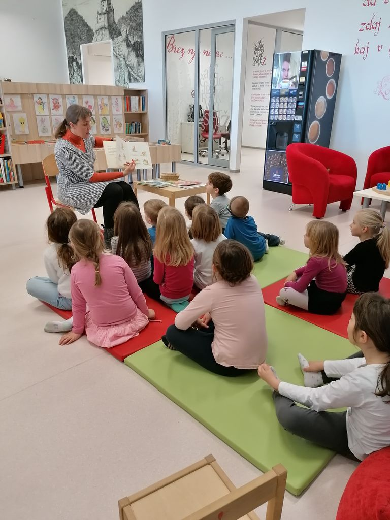 Otroci Vrtca Braslovče na obisku v knjižnici