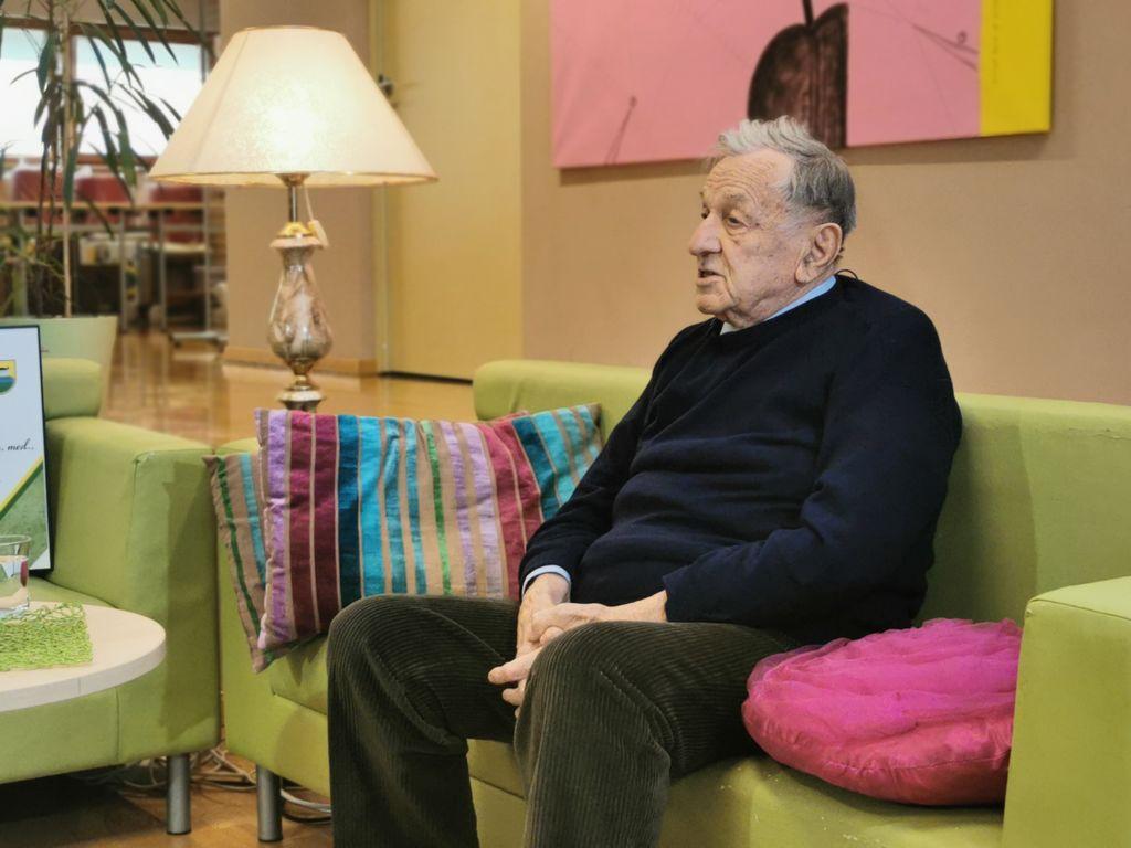 Pogovor s prim. Ivanom Dolinarjem ob prejemu plakete Janka Kača v preboldski knjižnici