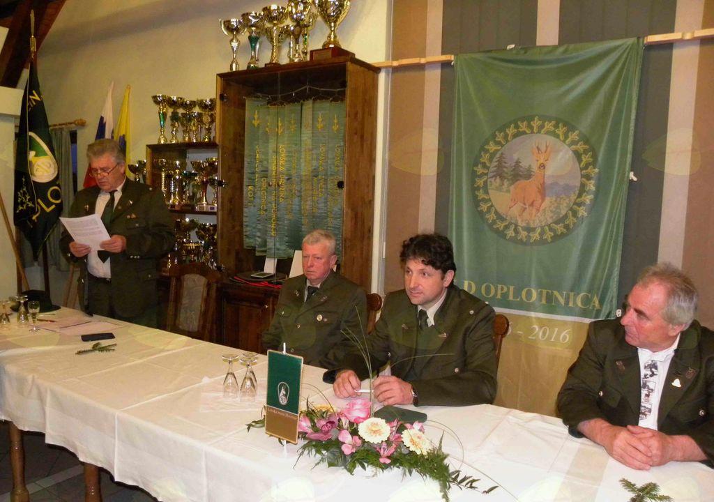 Starešina Božidar Sevšek (levo) podaja poročilo o delu LD. Delovno predsedstvo OZ (desno)   foto KunejB.