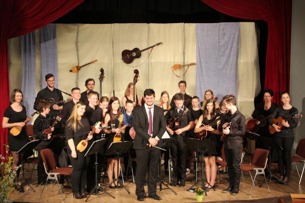 Na letnem koncertu Tamburaškega orkestra Šmartno je ob zvokih tamburic zapela tudi publika