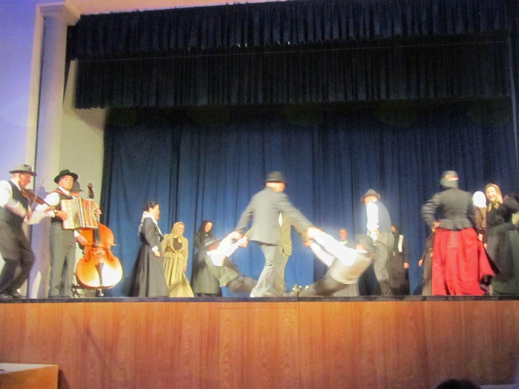 Nastop kalskih folklornikov v Vipavi. Foto: Ljubica Cvetrežnik
