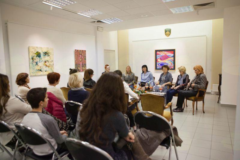 Obiskovalci so pozorno prisluhnili povabljenim gostjam, foto: Alenka S. Lamovšek