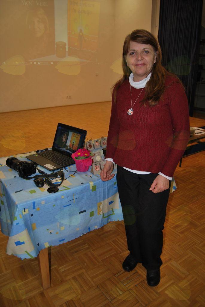 Gostja Vera s knjigmi, izdelki in živo predstavitvijo Foto: Jadranka Meglen, članica Kulturnega društva Dvor