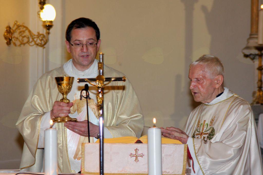 Ob oltarju se mu je pridružil g. Ciril Oražem.
