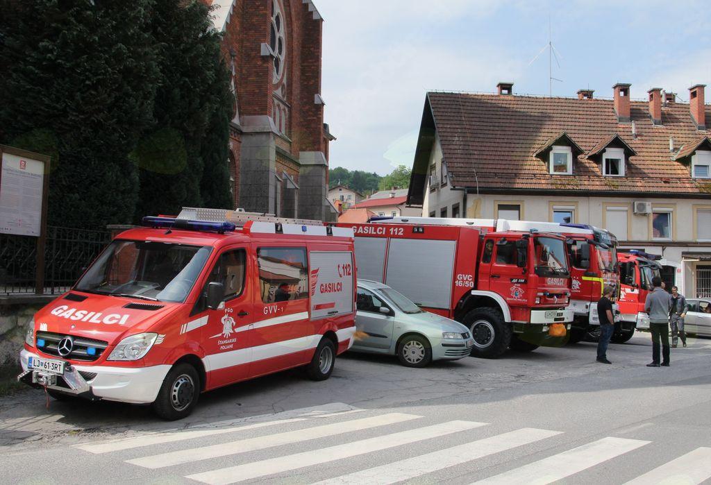 Gasilska vozila pred šmarsko cerkvijo