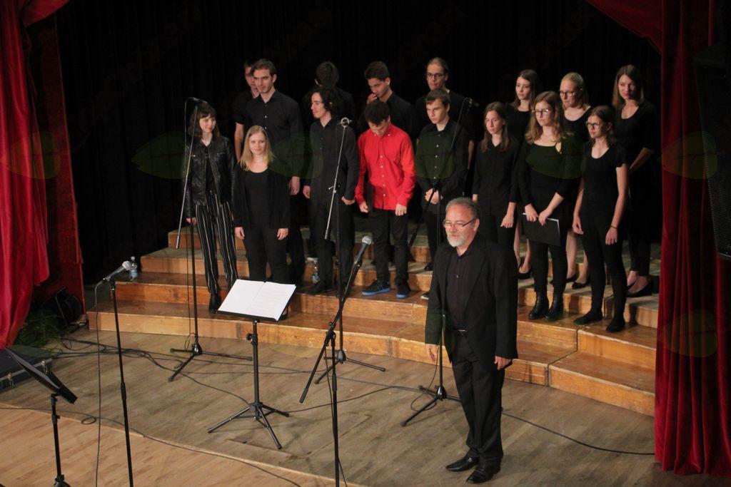 Mladi pevci in instrumentalisti gimnazije Litija
