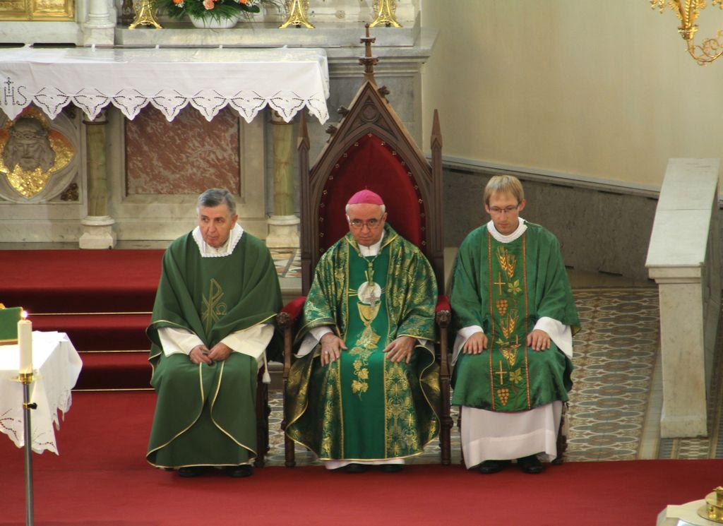g. škofu in g. župniku se je ob oltarju pridružil tudi g. Vinko Malovrh, duhovni pomočnik