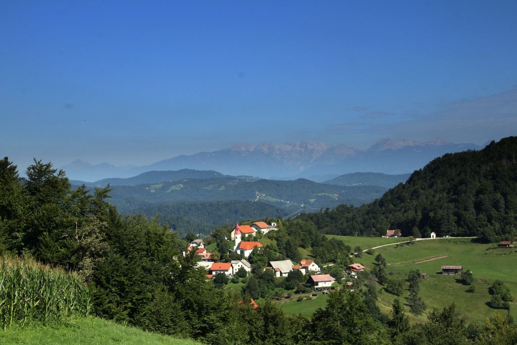 V lepem vremenu seže pogled preko Javorja pa vse do Kamniških vrhov