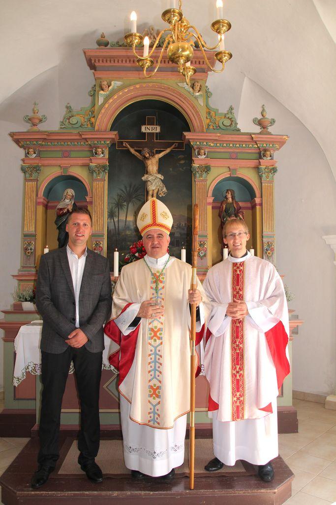 Ob g. škofu ključar g. Klemen Knez in domači župnik g. Marko M. Stegnar