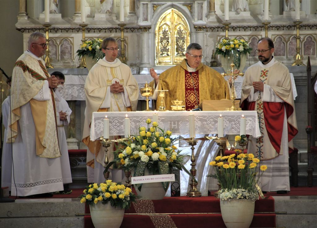 Zbrani duhovniki ob oltarju