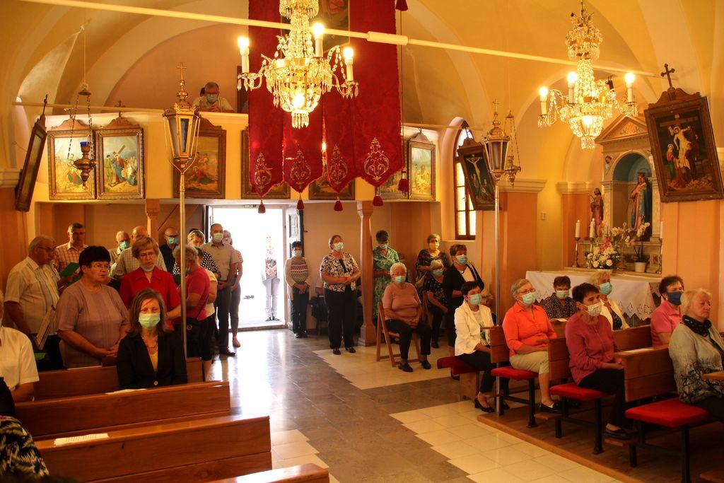 Zbrano verno ljudstvo v cerkvi...