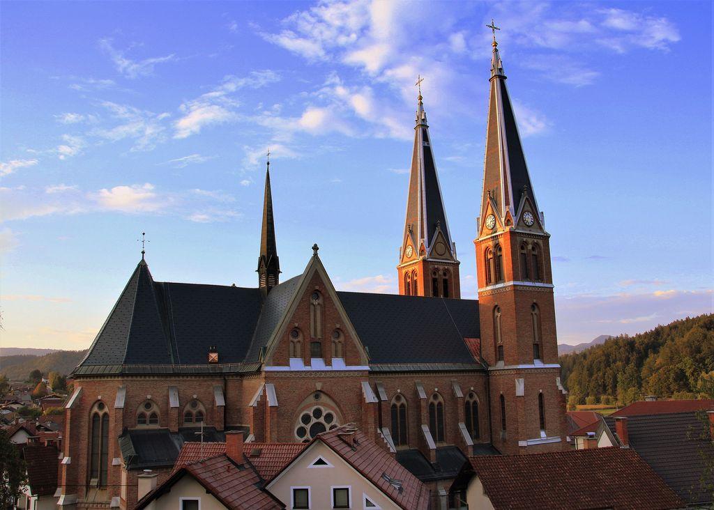 Prenovljena streha na farni cerkvi