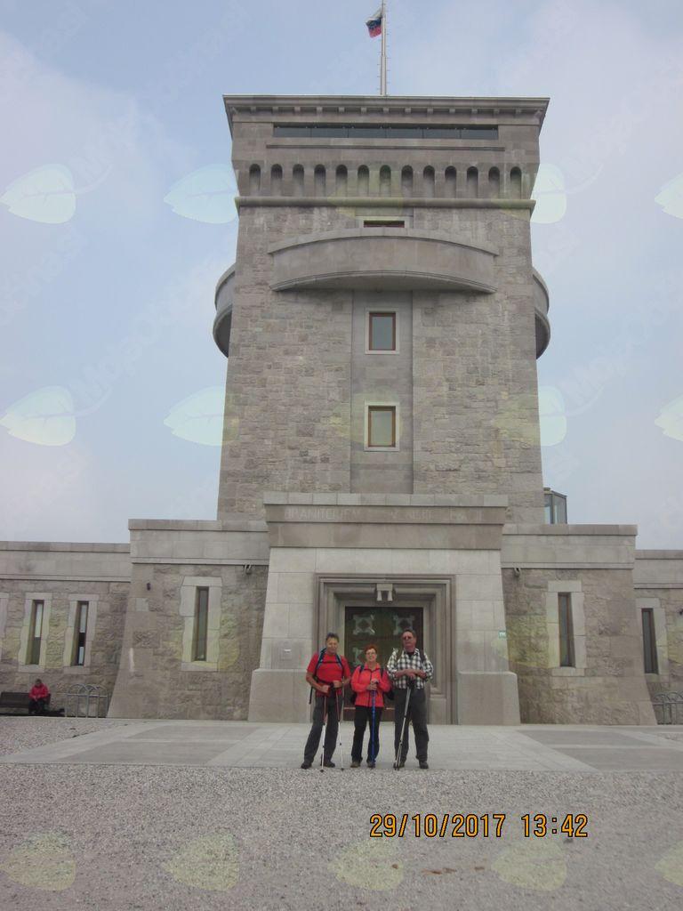 pred spomenikom