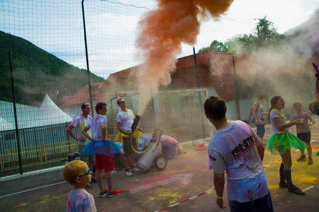 Mavrični tek v objemu barv in zabave