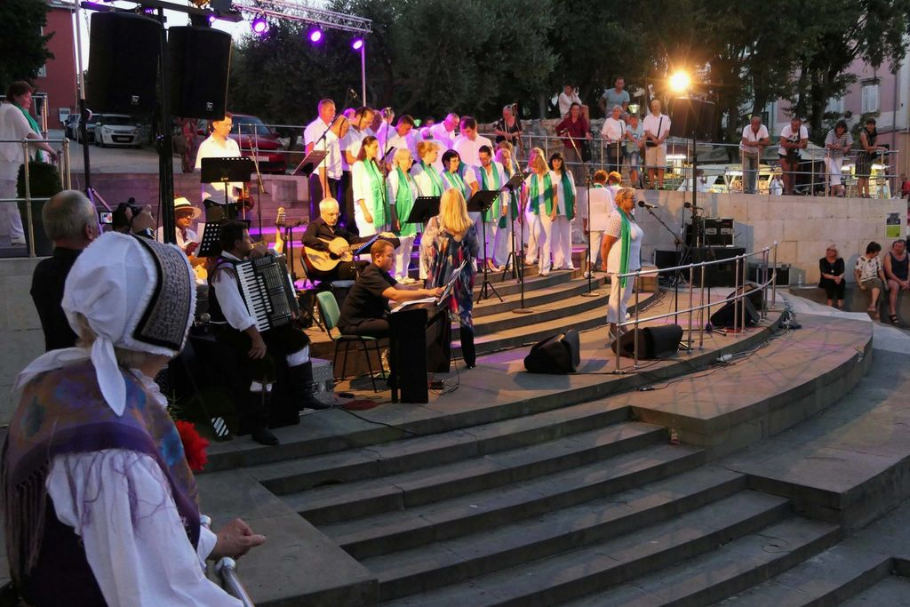 """Vroč folklorni nastop v Puli in prisrčen nastop  kanadskih """"Nageljčkov"""" na Bledu"""