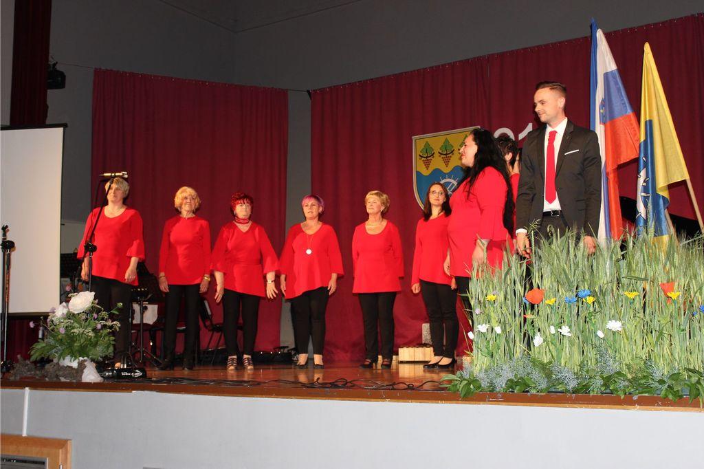 Ženski pevski zbor na akademiji