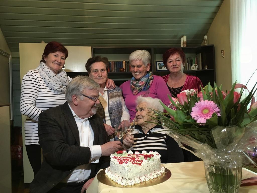 Gospa Pepca ob praznovanju 105. rojstnega dne.