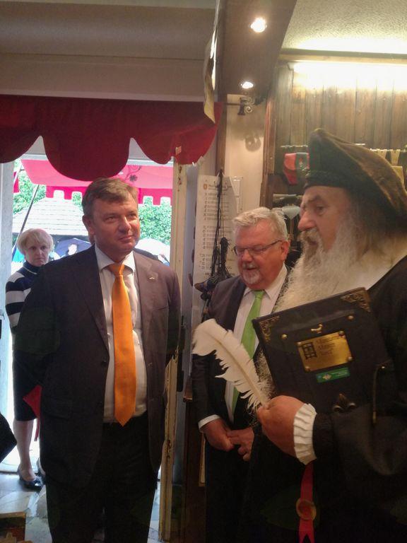 Podpis sporazuma je potekal na Blejskem gradu, kjer je minister obiskal tudi tiskarno Mojstra Janeza.
