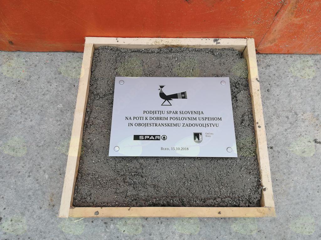 Spominska plošča ob gradnji trgovine Spar na Selišah na Bledu