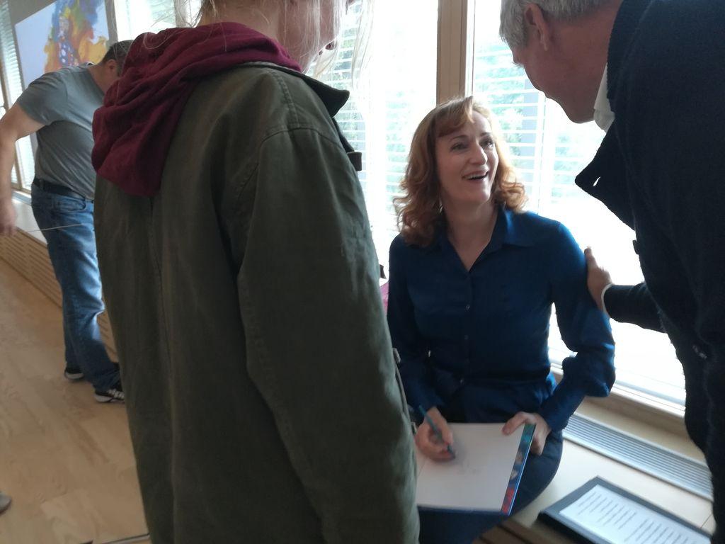 Saša Pavečk med podpisovanjem knjige